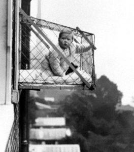 photo ancienne bizarre cage enfant