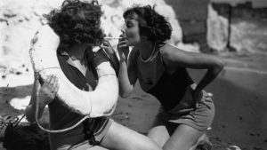 Avant le Bikini femmes cigarette