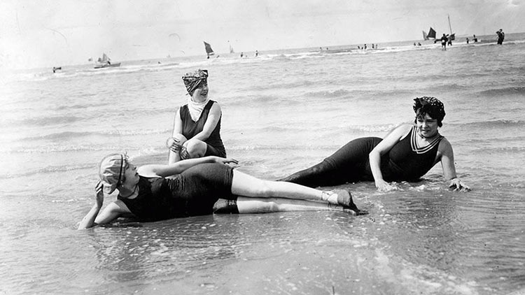 Avant le bikini femmes allongées