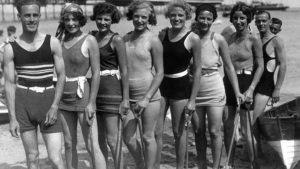 Avant le bikini groupe plage
