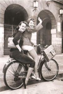 18-photos-anciennes-de-femmes-ecole-minijupe