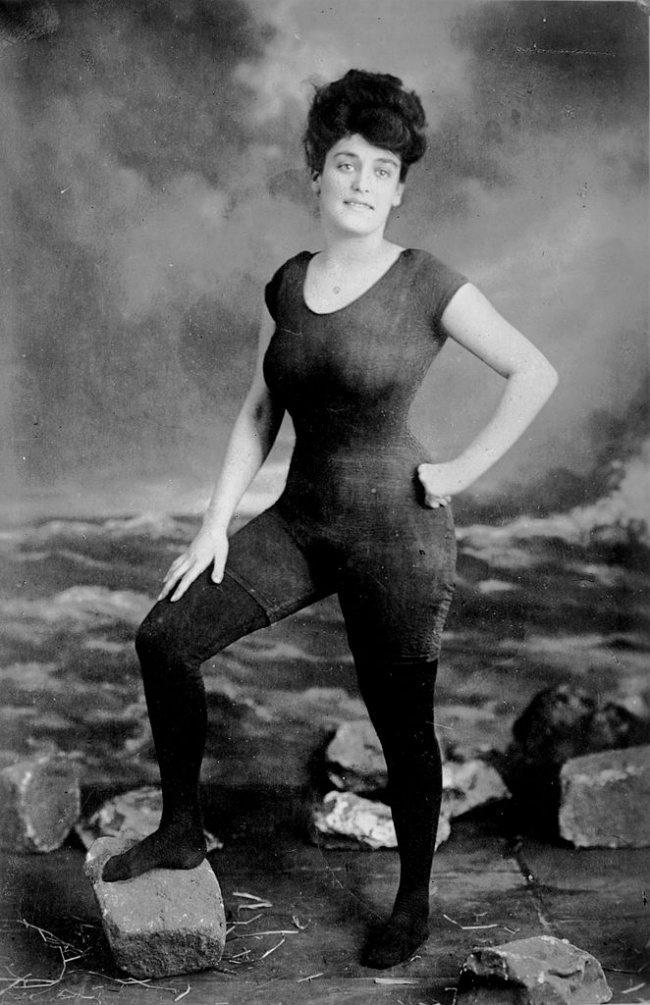 2-photos-anciennes-de-femmes-maillot-de-bain-photo