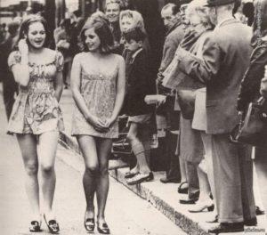 7-photos-anciennes-de-femmes-minijupes-1965