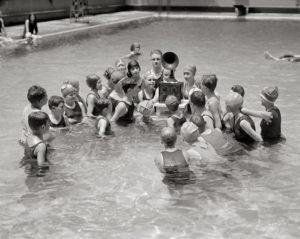 15-photos-anciennes-enfant-ecoute-radio-piscine