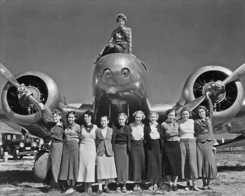 3-photos-anciennes-amelia-earhart-avion-etudiantes