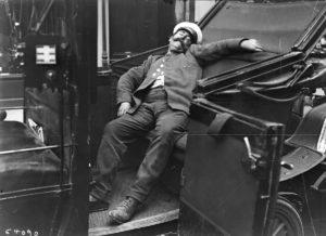 8-photos-anciennes-chauffeur-taxi-dort-voiture