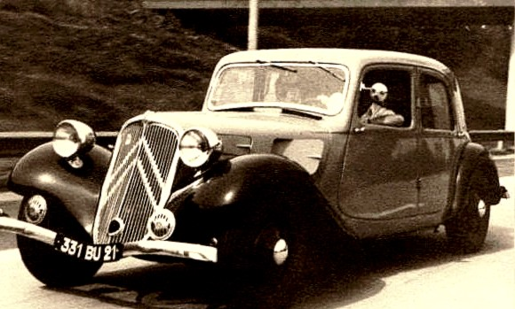photo-ancienne-Citroen-traction-berline---Voiture-ancienne-de-1934