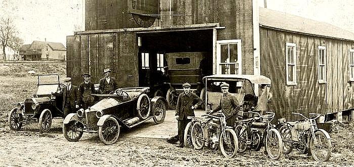 photo-ancienne-Marque-inconnue---Ancien-vehicule-antan-voiture-velomoteur-et-mobilette-de-19--