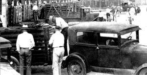 photo-ancienne-Marque-inconnue---Ancienne-voiture-a-remorque-et-camion-betaillere-en-19--